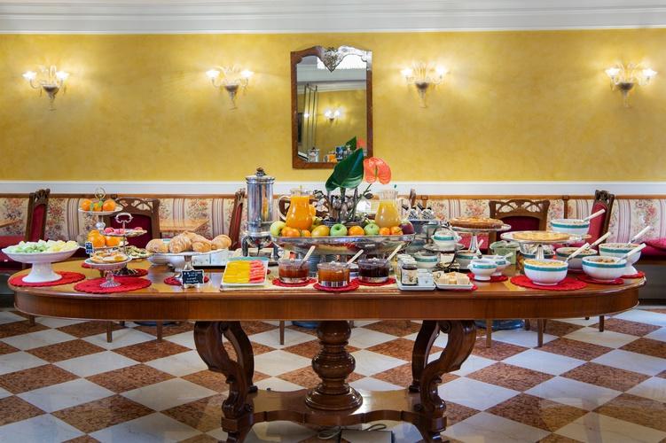 Buffet breakfast  art hotel orologio bologna